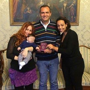 il sindaco de magistra con le due mamme