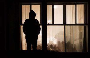 stalker-aggredisce-ex-compagno-con-acido-a-Modena-e-viene-assolto