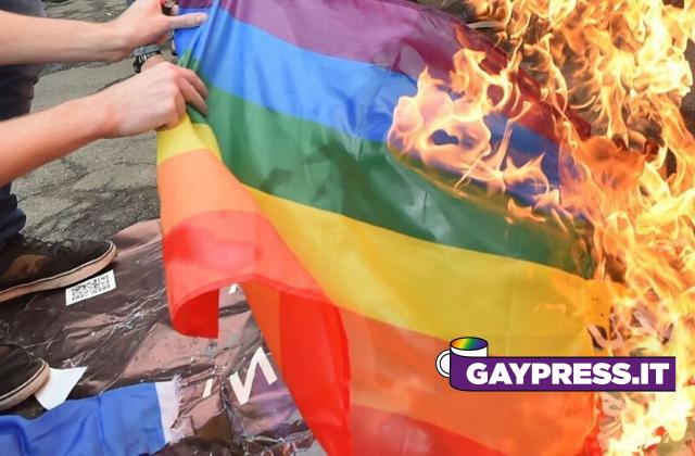 Aggressione-omofoba-a-Piacenza-ad-un-ragazzo-di-quindici-anni-che-stava-passeggiando-con-la-bandiera-rainbow-tra-le-mani