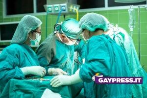 Primario-insulta-paziente-chiamandolo-frocio-durante-operazione-chirurgica-e-i-testimoni-presenti-in-sala-operatoria-lo-denunciano